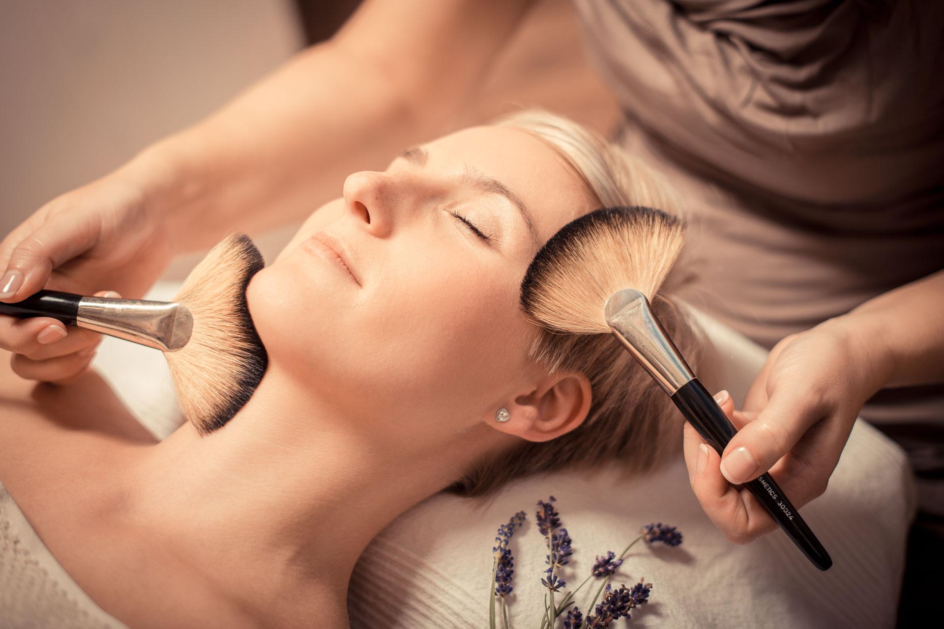 Kosmetische Behandlung in der Firma Zeitlos Wellness & Kosmetik